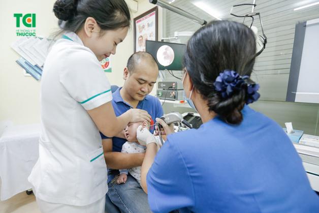 Khi trẻ có biểu hiện bất thường, cha mẹ hãy đưa con đến viện thăm khám, đảm bảo điều trị bệnh sớm