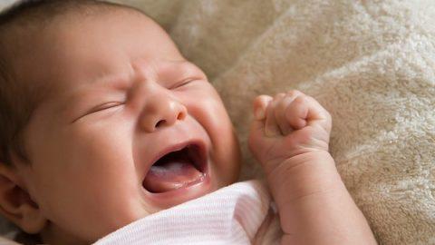 Trẻ sơ sinh giật mình khi ngủ có phải hiện tượng