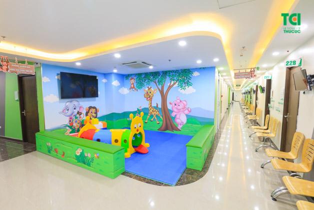 Phòng khám Nhi Thu Cúc thiết kế riêng một khu vui chơi dành cho trẻ em. Rất nhiều đồ chơi ngộ nghĩnh, đa dạng, sạch sẽ, thoáng mát, giúp trẻ cảm thấy vui vẻ và thoải mái.