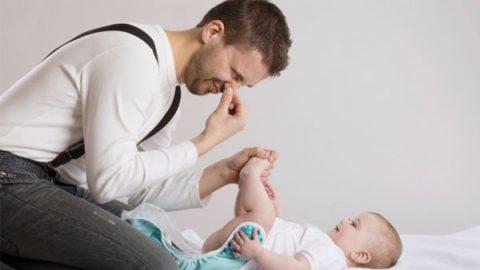 Trẻ sơ sinh đi ngoài có bọt: mẹ có cần lo lắng không?
