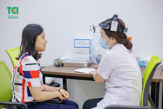 Bác sĩ bệnh viện Thu Cúc tận tình tư vấn kết quả cho nhân viên trung tâm kỹ thuật đường bộ 1