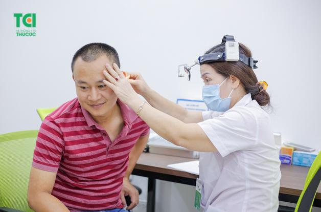 Bác sĩ kiểm tra tai của người bệnh với hành động hết sức nhẹ nhàng