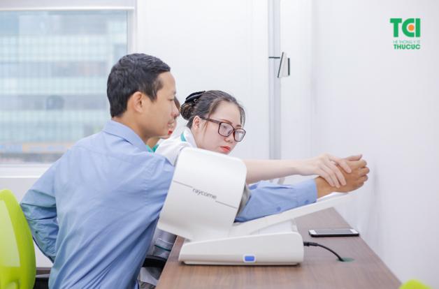 Bác sĩ nhẹ nhàng đo huyết áp để lấy thông số chuẩn nhất cho người bệnh
