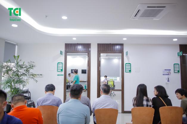 Sau khi khám xong mọi người sẽ ngồi chờ kết quả bên ngoài và bác sĩ sẽ trả kết quả cho từng người