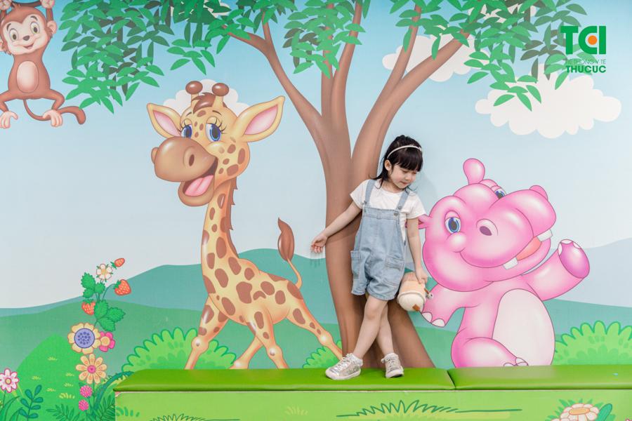 Tại Thu Cúc thiết kế khu vui chơi dành riêng cho bé, là địa điểm để các em nhỏ được giao lưu, kết bạn thỏa mái chơi những trò chơi mà con yêu thích và xem những bộ phim hoạt hình vui nhộn.