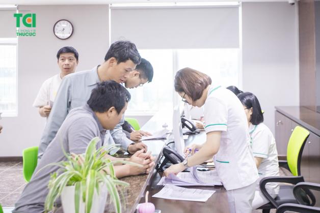 Cán bộ nhân viên công ty Vinata tập trung làm hồ sơ khám bệnh tại Bệnh viện Thu Cúc