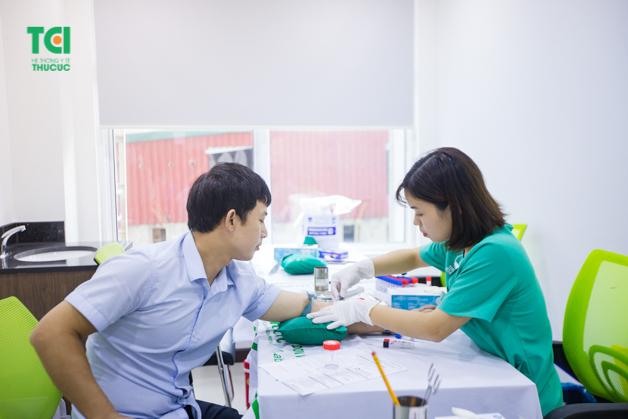 Điều dưỡng thực hiện lấy mẫu xét nghiệm cho người lao động