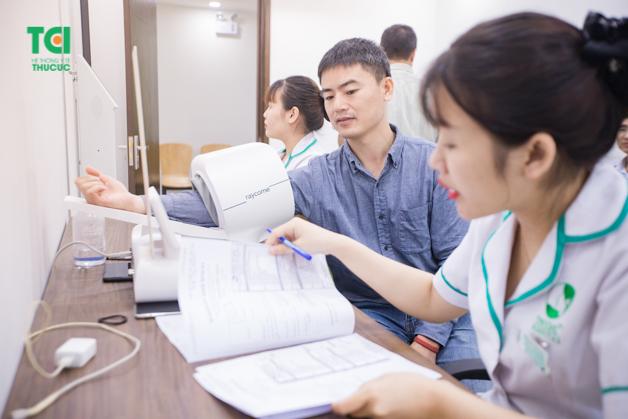 Đo huyết áp bằng máy móc hiện đại đang được áp dụng tại Bệnh viện Thu Cúc