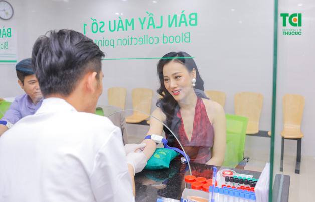 Diễn viên Phương Oanh rất xinh đẹp khi thực hiện lấy máu kiểm tra tại phòng khám Thu Cúc ngày 29/3/2019.