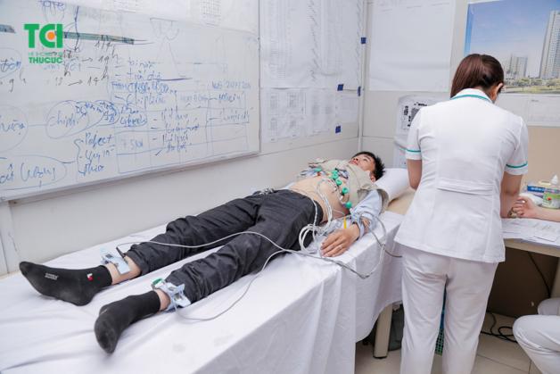 Bệnh nhân được bác sĩ tận tình chăm sóc