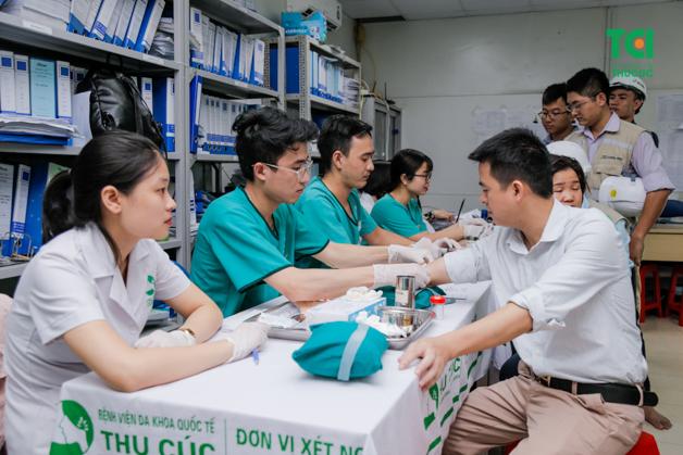 Mọi người tập trung lấy máu xét nghiệm