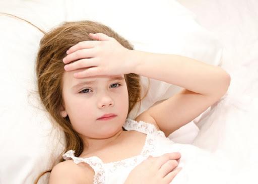 Sốt virus ở trẻ em hay còn gọi là sốt siêu vi, là trường hợp trẻ bị sốt do nhiễm các loại siêu vi trùng (virus) khác nhau, bệnh diễn biến nhanh chóng và có thể dẫn đến tử vong nếu ba mẹ không sớm phát hiện và cho trẻ đi thăm khám kịp thời.