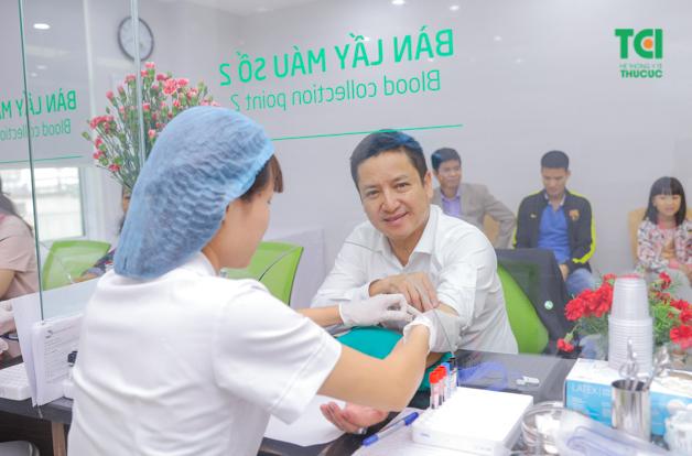 Nghệ sĩ Chí Trung tham gia sự kiện khai trương phòng khám ĐKQT Thu Cúc 216 Trần Duy Hưng, Cầu Giấy, Hà Nội và đang thực hiện lấy máu xét nghiệm ngay tại phòng khám.