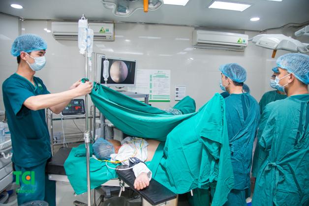 Phẫu thuật nội soi tán sỏi niệu quản ngược dòng bằng laser tại Thu Cúc.
