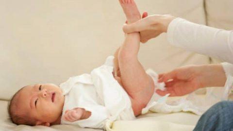 Trẻ 1 đến 2 tháng đi ngoài nhiều lần và có chất nhầy