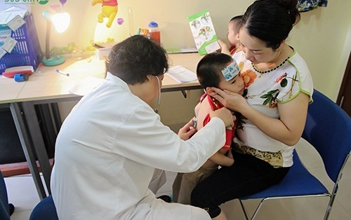 Mẹ nên đưa trẻ đến các cơ sở y tế uy tín khi thấy con có các biểu hiện của viêm bao quy đầu