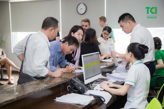 Kiểm tra hồ sơ tại quầy lễ tân là bước đầu tiên khi khám sức khỏe doanh nghiệp