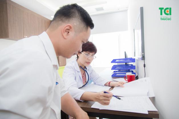 Bác sĩ đọc kết quả là bước cuối cùng trong gói khám cơ bản