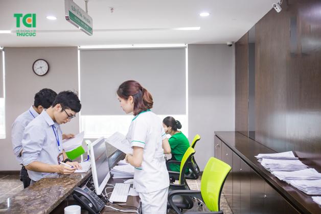 Nhận hồ sơ thăm khám tại quầy lễ tân là bước đầu tiên trong quy trình khám sức khỏe