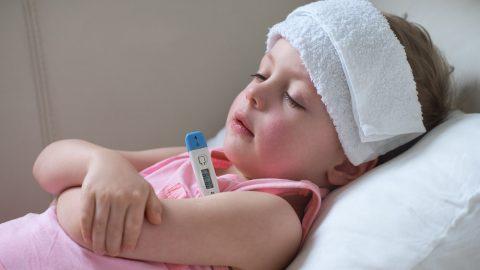 Những mối nguy hiểm rình rập khi bé bị sốt đi sốt lại