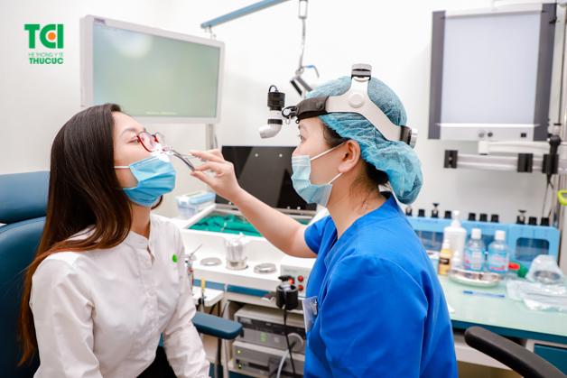 Bệnh viêm mũi dị ứng phần lớn được điều trị bằng việc vệ sinh sạch sẽ vùng mũi, họng và có thể sử dụng thêm một số loại thuốc kháng viêm,... theo chỉ định từ bác sĩ. (ảnh minh họa)