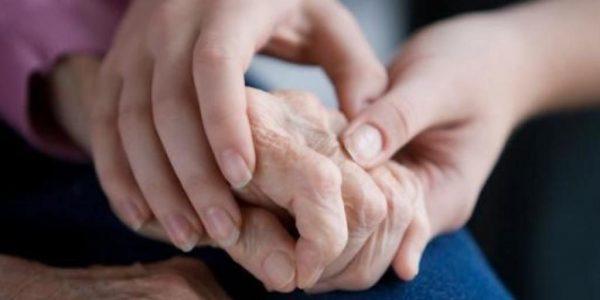 tuổi già dễ bị đau khớp ngón tay