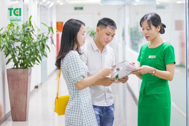 Đội ngũ nhân viên y tế tại Thu Cúc luôn tận tình hướng dẫn cho người bệnh