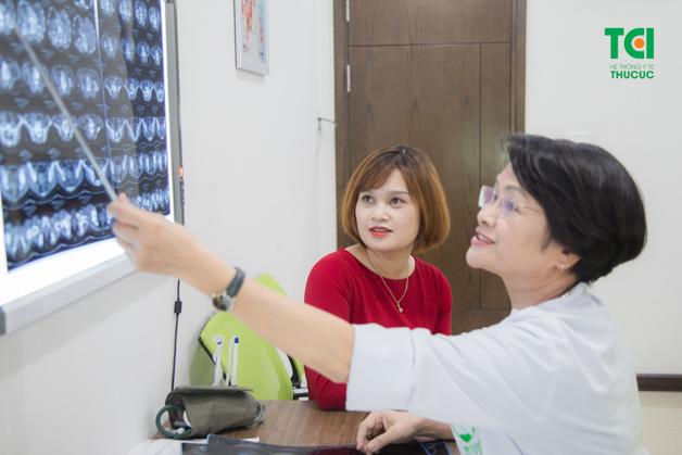 TS.BS Nguyễn Thị Thu Hương đọc kết quả cho người bệnh