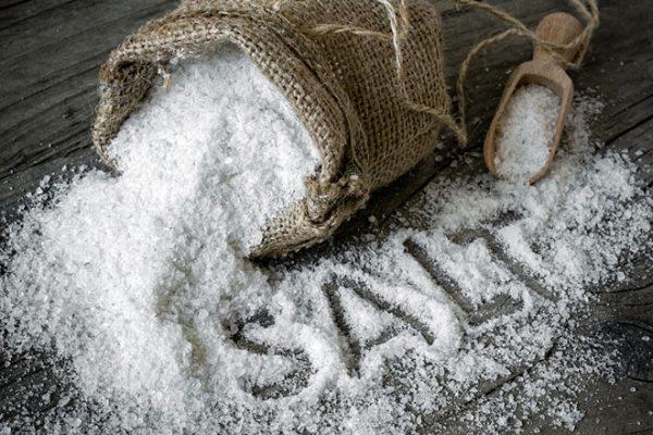 Ăn quá nhiều muối sẽ khiến cơ thể tích nước, khiến tay bị sưng phù và đau