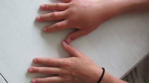 5 nguyên nhân khiến tay bị sưng phù và đau thường gặp