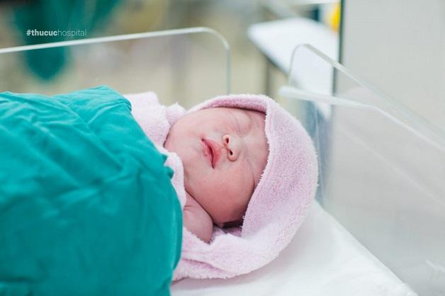 Trẻ sơ sinh bị đổ mồ hôi đầu có thể do sinh lý hoặc bệnh lý