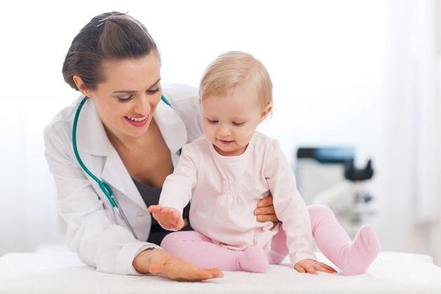 Nếu bé bị ra nhiều mồ hôi đầu kèm theo các một số biểu hiện như chậm mọc tóc, chậm mọc răng, thóp đầu liền chậm, quấy khóc,... ba mẹ hãy cho con đi thăm khám để được bác sĩ kiểm tra và điều trị tốt nhất cho con.