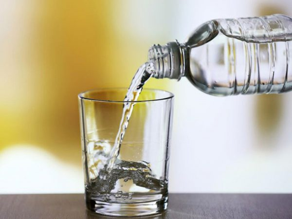 chữa nhức đầu khi say rượu bằng nước lọc