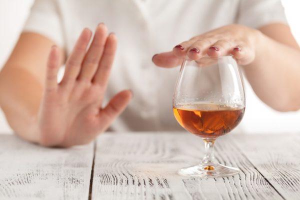 hạn chế uống rượu để tránh nhức đầu khi say rượu.