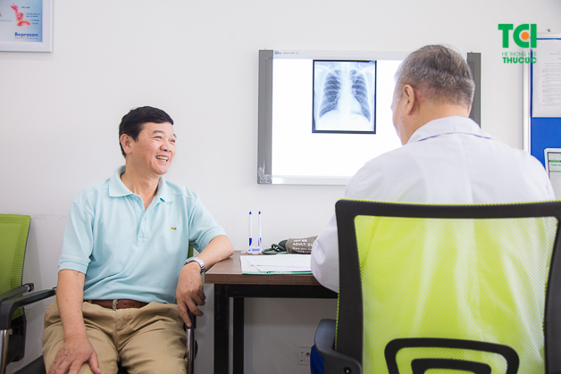Bác sĩ CKII Nguyễn Quang Tuấn tận tình tư vấn cho bác Tiêng