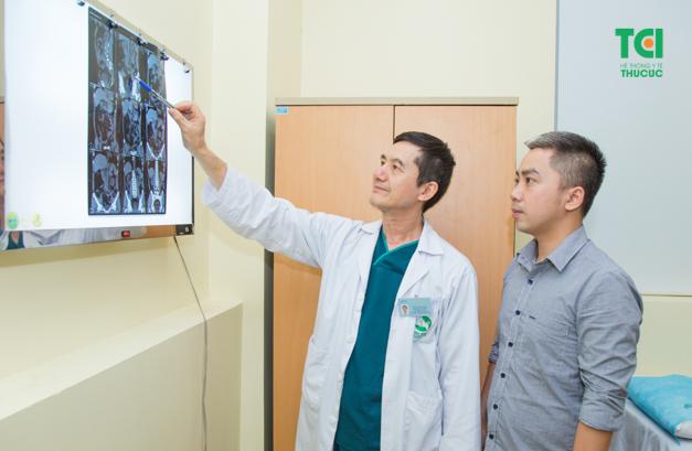 Thăm khám để được bác sĩ tư vấn biện pháp điều trị và phòng ngừa sỏi thận - tiết niệu