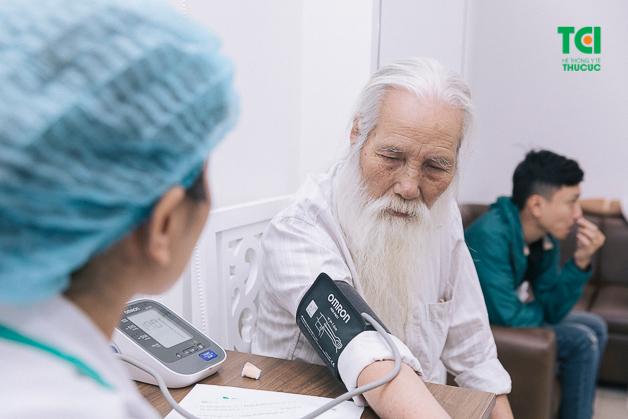 Thăm khám và kiểm tra sức khỏe định kỳ sẽ giúp mỗi người nắm bắt tất cả những vấn đề hiện có trong cơ thể