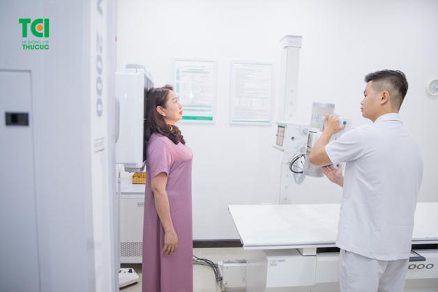 Chụp X - quang cột sống là giải pháp được nhiều người lựa chọn khi bị đau lưng