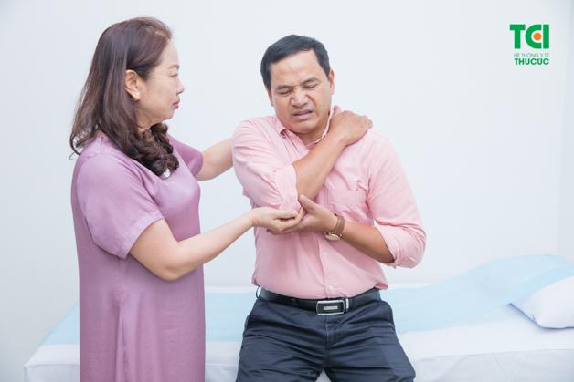 Làm việc sai tư thế là nguyên nhân gây tình trạng đau lưng ở người trung tuổi