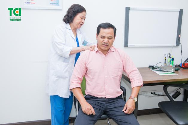 Mọi người nên đi kiểm tra sức khỏe để sớm phát hiện nguyên nhân gây đau lưng