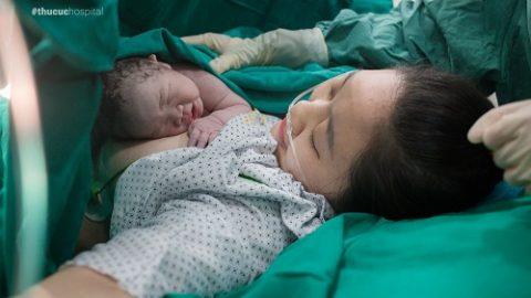 Bé trai chào đời với 3 vòng dây rốn quấn cổ