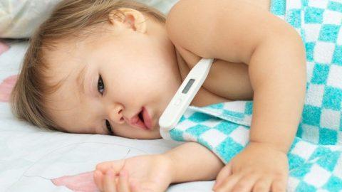 Sốt cao co giật ở trẻ em xử trí sai cách nguy hiểm khó lường