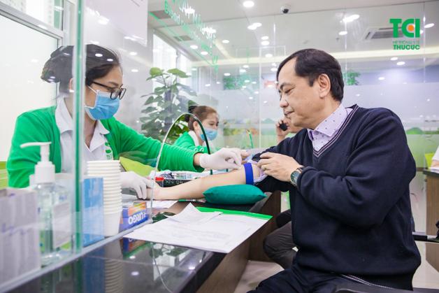 Chú Thắng đang thực hiện bước xét nghiệm máu một cách nhẹ nhàng
