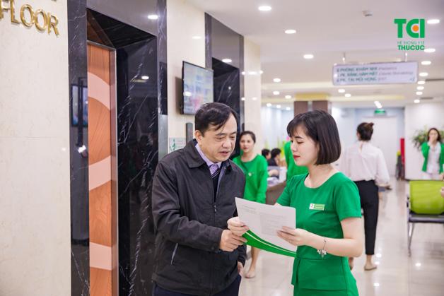 Chú Đức Thắng luôn nhận được sự hỗ trợ tận tình của đội ngũ nhân viên y tế tại Thu Cúc