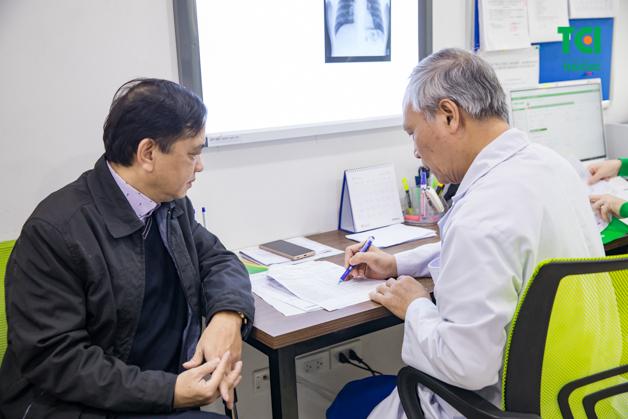 Bác sĩ đang tiến hành đọc kết quả cho bác Thắng một cách cẩn thận và tư vấn tận tình phương pháp điều trị