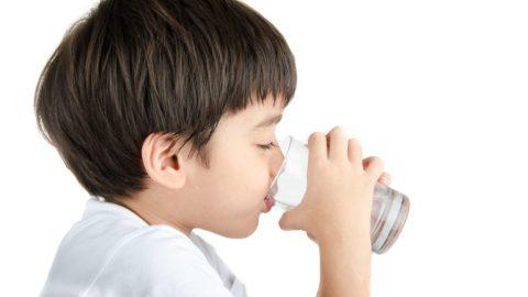 Trẻ em mỗi ngày cần uống bao nhiêu nước là đủ?
