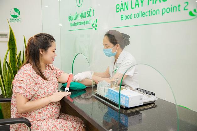 Trong các giai đoạn khám thai quan trọng, mẹ bầu sẽ được thực hiện xét nghiệm máu để sàng lọc các nguy cơ dị thật của thai nhi