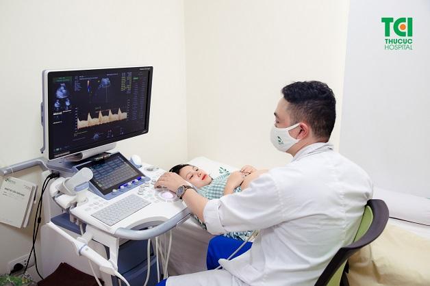 Trong lần khám thai đầu tiên, mẹ bầu sẽ được siêu âm để xác định xem thai có làm tổ đúng bị trí không, có tim thai chưa