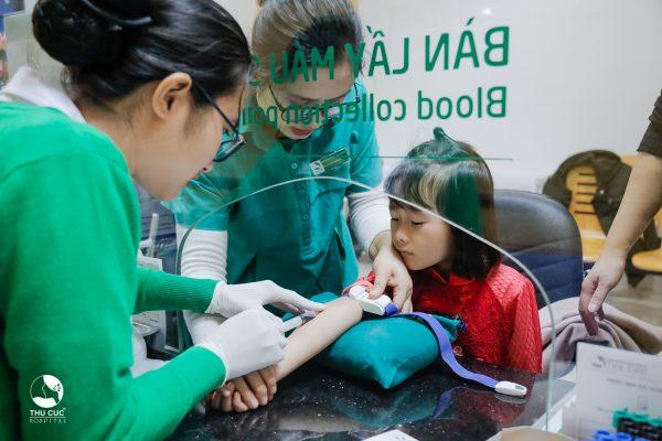 Kỹ thuật viên lấy máu nhẹ nhàng, hạn chế đau, đảm bảo đúng tiêu chuẩn mẹ và bé chỉ cần thực hiện theo chỉ định của các kỹ thuật viên và nhân viên y tế.