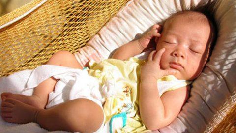 Tắm nắng cho trẻ sai cách gây nguy hiểm khôn lường